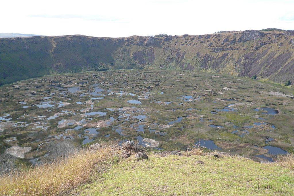 El crater del volcán Rano Kau dispuesto a sorprender a los visitantes.