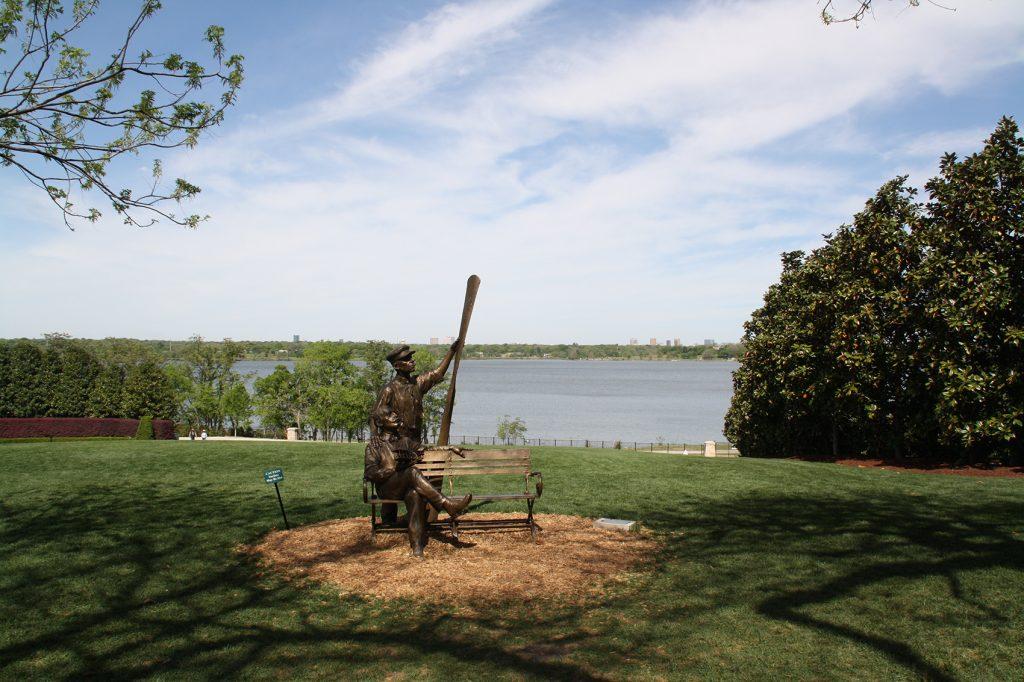 El White Rock Lake bordea situado en el lado norte de la ciudad, bordea en todo momento el Arboretum de Dallas.