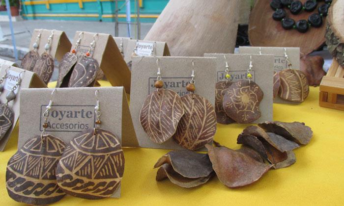 Artesanías hechas con los frutos de Jacaranda. Imágenes de Joyarte Accesorios.