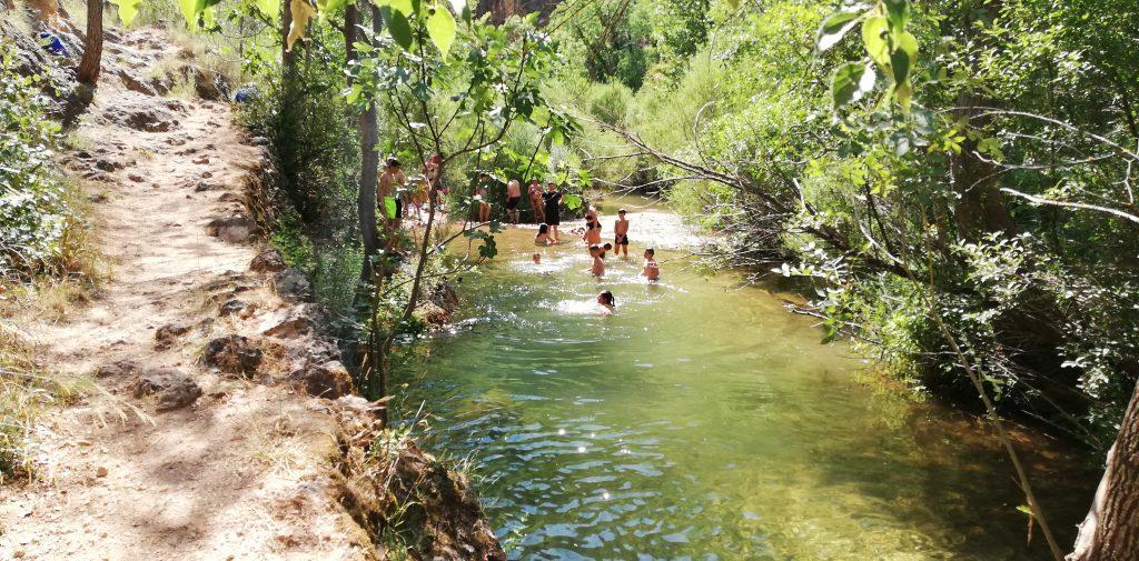 Deseado y merecido baño en el río Mundo una vez nuestra senda alcanzaba su fin.