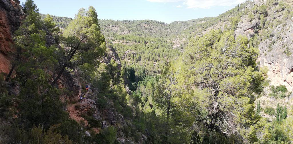 Los paisajes que rodean la Cueva del Niño de Ayna nos invitan a viajar en el tiempo.