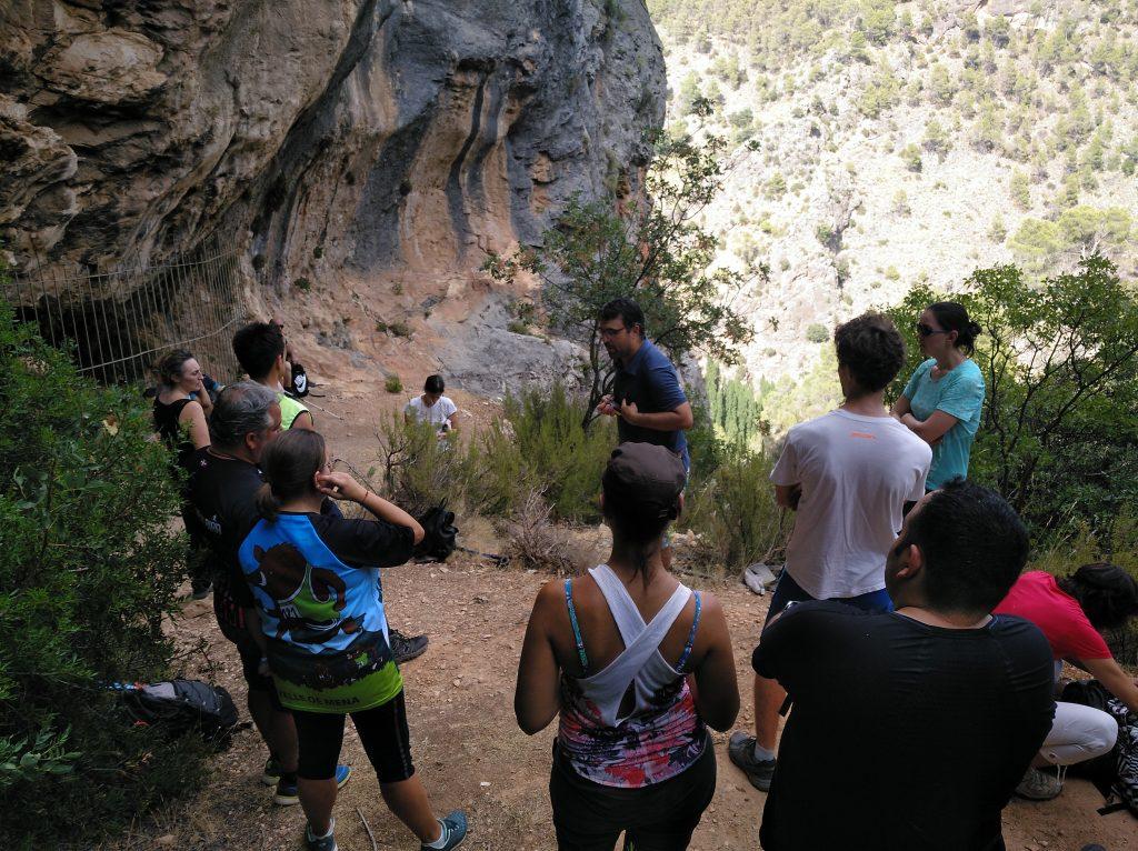 Grupo de asistentes preparados para adentrarse en la Cueva del Niño.