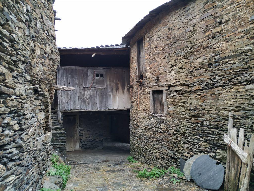 El pueblo negro de Seceda en el Caurel, con sus rústicas calles.
