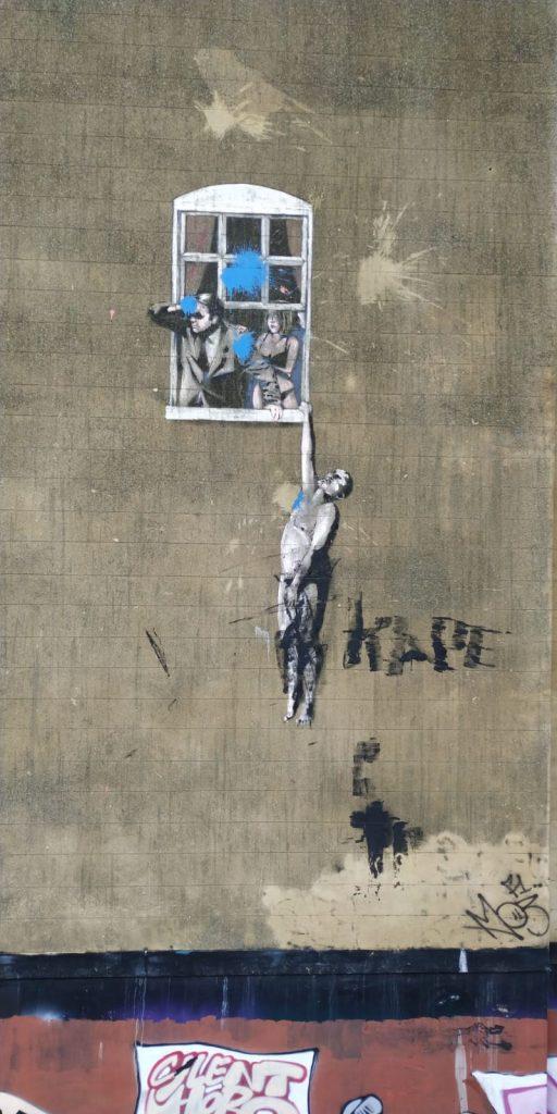 Uno de los graffitis más famosos de Banksy en Bristol.