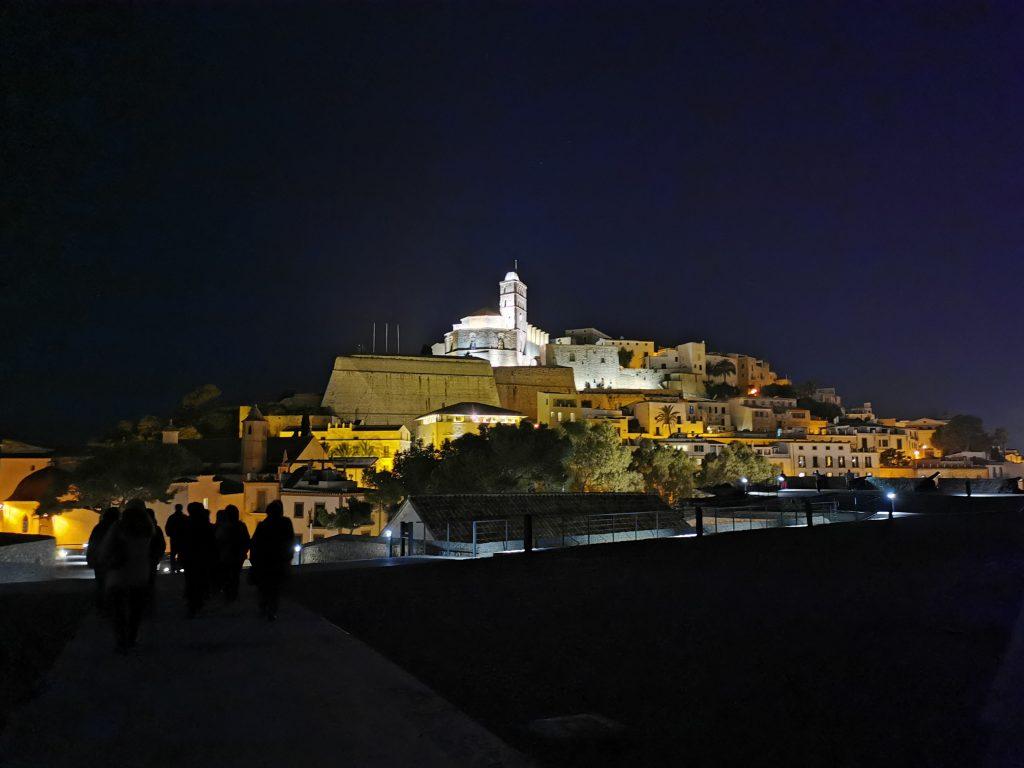 Vista de la Dalt Villa de Ibiza durante nuestra visita nocturna