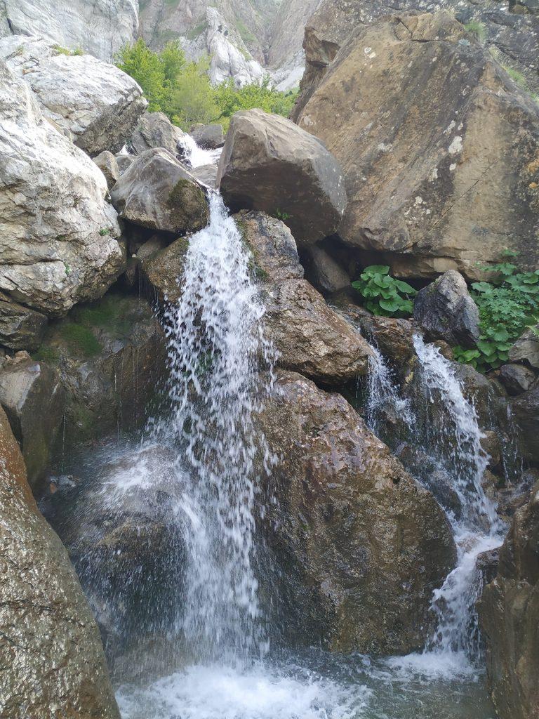 Las aguas del Barranco de Aspe nos cortan el camino y nos obligan a sortearlas.