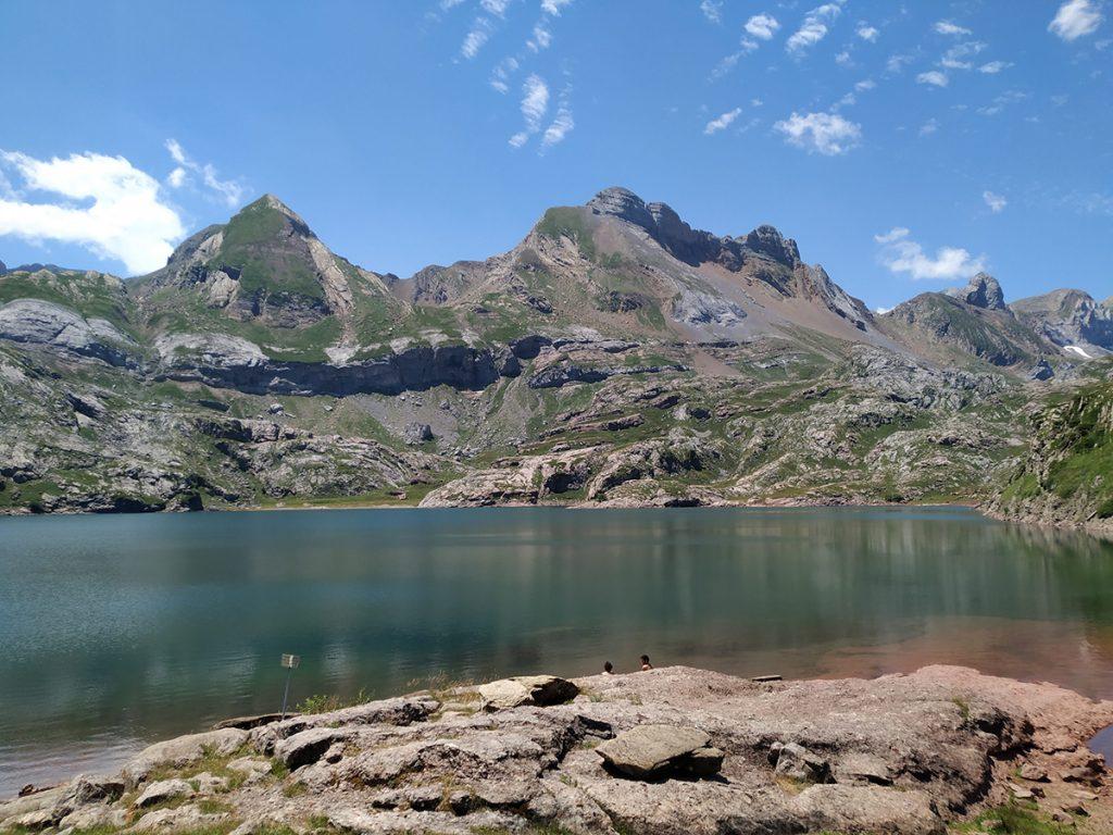 Los paisajes circundantes del Ibón de Estanés son para no parar de admirarlos.